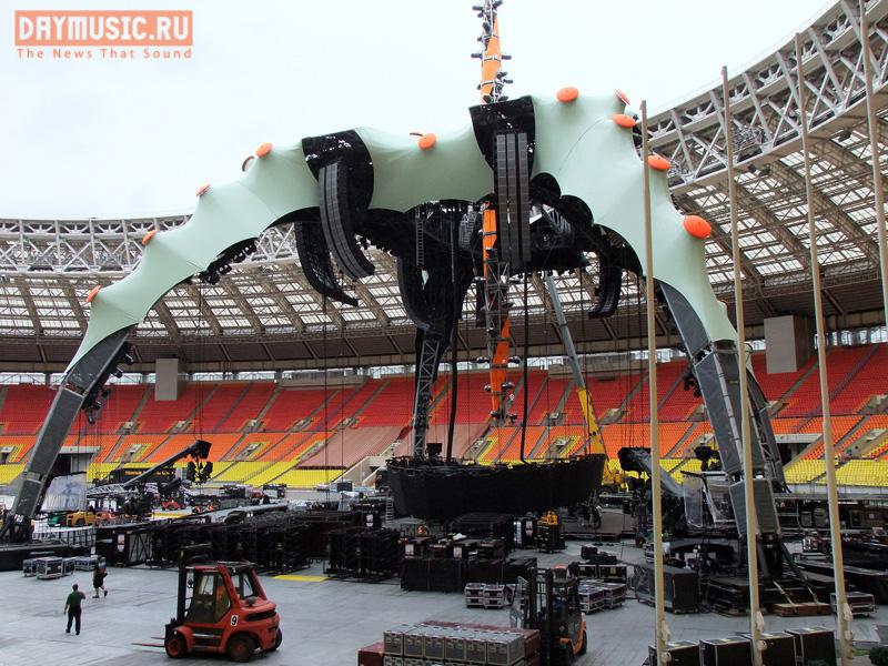 Монтаж уникальной сцены для концерта U2в Москве (фото изБСА Лужники задень дошоу)