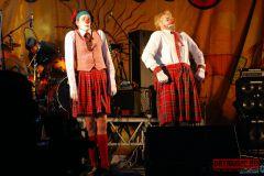 Артисты насцене иулыбки зрителей наплощадке фестиваля «Мамакабо— 2009»