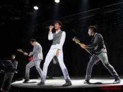 Насвоем концерте вМоскве Mika устроил стрельбу помузыкантам
