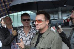 Музыканты группы U2гуляют поМоскве ссемьями