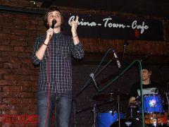 Вася Обломов иА.К. Троицкий сыграли песню группы «ЗвукиМу» еегитаристу Липницкому