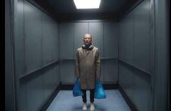 «Lift» встранном доме спакетами вруках. Radiohead выпустили новый клип